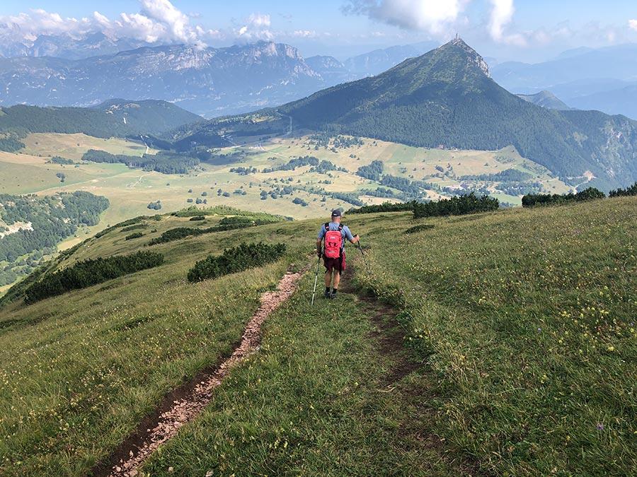 El descens dels tres cims, amb en Giorgio davant (Trentino). FOTO: Josep Gordi.